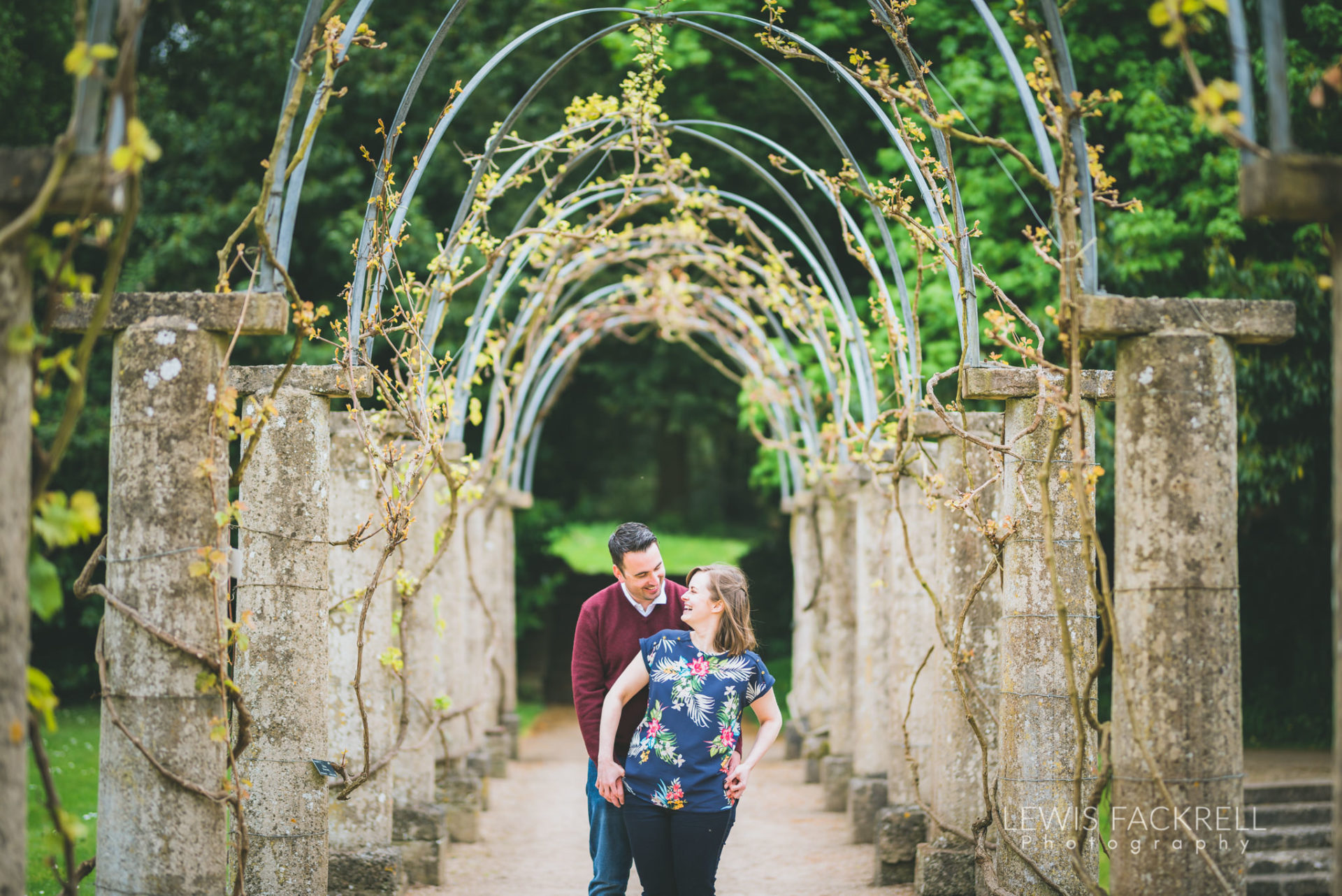 couple cuddling under an arch - what to wear